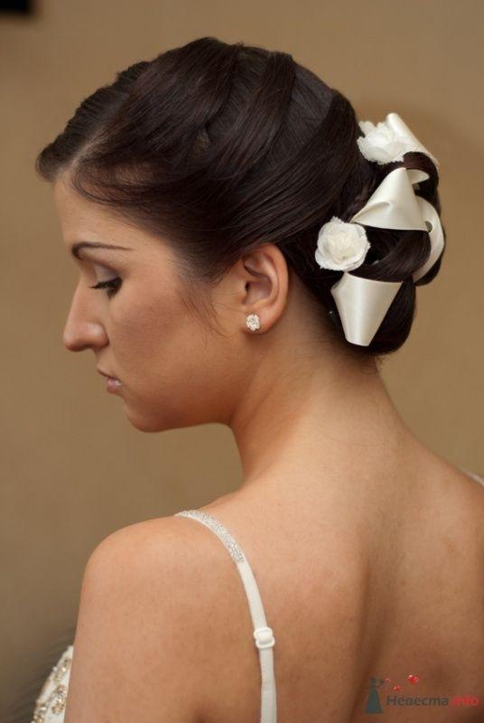 Свадебная прическа с элементами плетения, украшенная лентой и цветами, свадебный макияж - фото 32976 Стилист-визажист Кандалова Елена