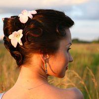 Свадебная прическа на длинные волосы, украшенная живыми орхидеями, свадебный макияж