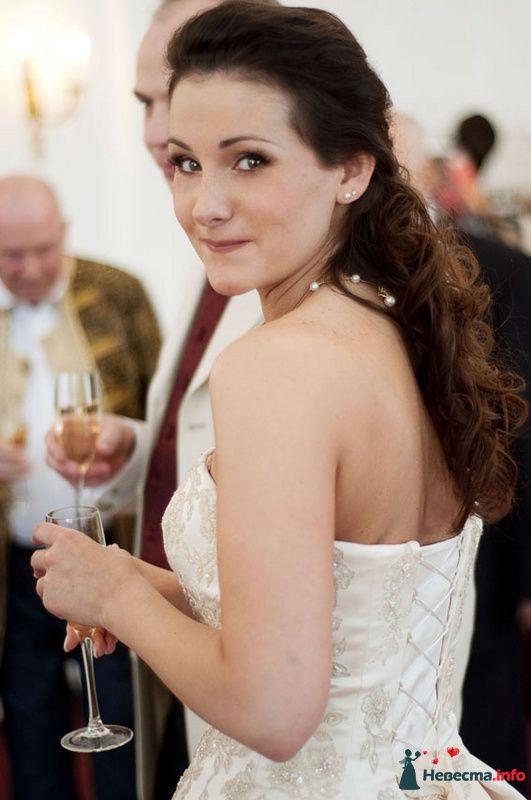 Свадебная прическа на длинные волосы, украшенная цветами. Свадебный макияж.