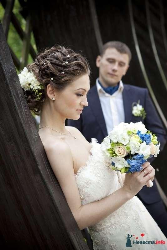 Свадебная прическа на волосы средней длины, украшенная живыми фрезиями и жемчугом. Свадебный макияж - фото 129285 Стилист-визажист Кандалова Елена