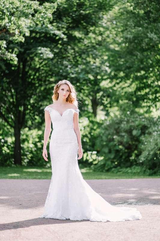 """Платье выполнено из стрейч-атласа, покрытого кордовым кружевом шантильи, декорировано элементами расшитыми бусинами и пайетам.  Свадебное платье на корсетной основе силуэта рыбка, на бретелях из кружева, с чашкой. Платье расширенное от линии бедер, длина  - фото 15878906  """"Romanov fashion house"""" - свадебный салон"""