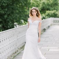 Платье выполнено из стрейч-атласа, покрытого кордовым кружевом шантильи, декорировано элементами расшитыми бусинами и пайетам.  Свадебное платье на корсетной основе силуэта рыбка, на бретелях из кружева, с чашкой. Платье расширенное от линии бедер, длина