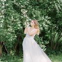 Платье свадебное, отрезное по линии талии из евросетки с ручным декором из кружева. Топ и юбка расшиты 3D кружевом молочного цвета. Застежка по спинке. Юбка-солнце в несколько слоев. V-образный вырез создает изящную линию декольте. Узкий пояс подчеркивает