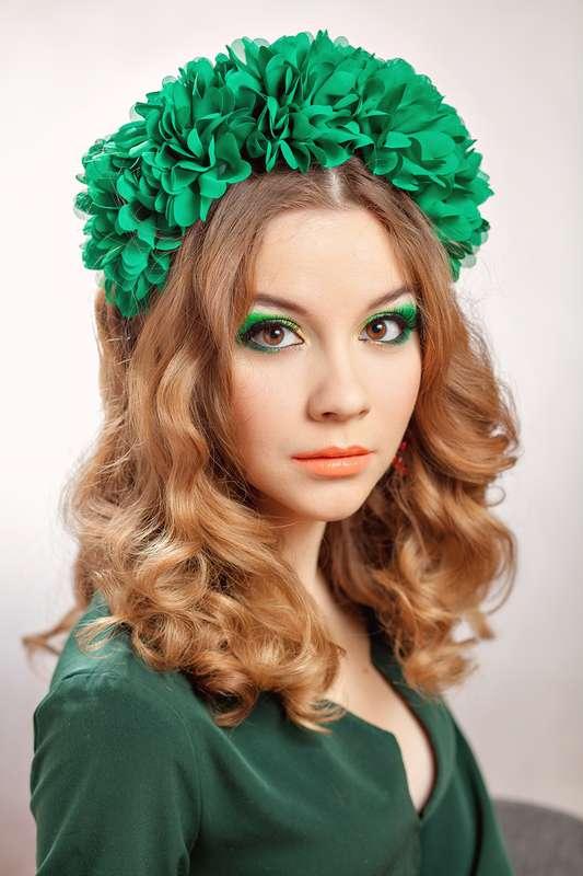 """Локоны невесты украсил яркий ободок с зелёными цветами из ткани - фото 2387386 Студия визажа и стиля """"New look"""""""