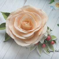 Персиковая роза ,спелые ягодки гиперикума и нежная гортензия .Цветы сделаны из фоамирана,ягодки из полимерной глины,заколка практически невесома в прическе .Основа цветочной заколки - зажим 8 см, хорошо фиксирует волосы, подходит даже для густых волос.Пор