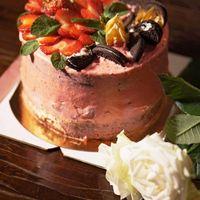 шоколадный бисквит, меренговая прослойка, 2 вида крема