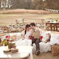 Оформление свадьбы стогами сена.