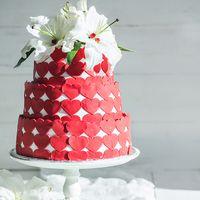 Свадебный торт ,в мастичном оформление в виде ярких сердец ,украшенный нежными ,живыми лилиями