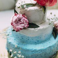 Нежный свадебный торт ,с композицией из пионов