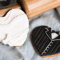 Рассыпчатое имбирное печенье,в тематическом мастичном оформлении ,в образе жениха и невесты ,украсят ваш свадебный стол,а гостей порадует и удивит необычное оформление посадочных карточек.