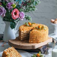 Торт Медовик Изысканное сочетание медово – карамельных коржей и легкого крема на основе деревенской сметаны