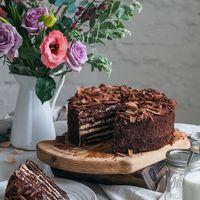 Торт Шоколадный Медовик Изысканное сочетание медово-шоколадных коржей и легкого крема на основе деревенской сметаны