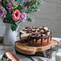 Торт Три Шоколада Невероятный торт сочетающий в себе три вида натурального Бельгийского шоколада: бисквитный корж  в сочетании с потрясающе нежными муссами из тёмного , молочного и белого шоколада.