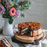 Торт Сникерс       Сочетание шоколадного бисквита с безе испеченного с арахисом ,с карамельной прслойкой и нежного крема Шантильи