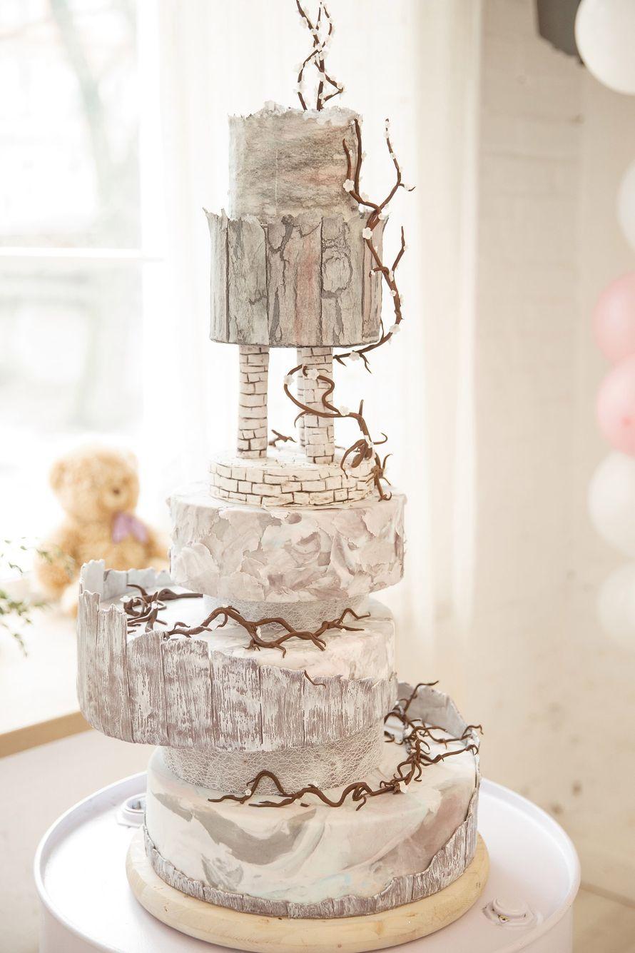 """Грандиозный свадебный торт ,который несомненно станет фаворитом свадьбы. Необычный   искусный дизайн с деталями продуманными до мелочей ,будь то каменные колонны ,либо высохшие лианы цветов. Каждый ярус выполнен в самостоятельной фактурной технике : под м - фото 13956262 Кондитерская """"Тирамису"""""""