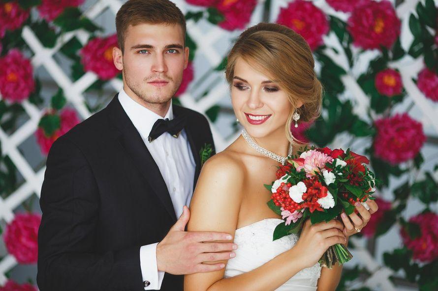 """Моя работа для свадебной фото сессии. Яркий букет из георгин, пионовидной розы, вибурнума, альстромерии, диантуса, бордовых кал и орхидеи,а также зелени салала и фисташки.  Девочки-невесты,пишите пожалуйста мне в личные сообщения все ваши вопросы.  Я обещ - фото 12254022 Студия флористики """"Арнаменты"""""""