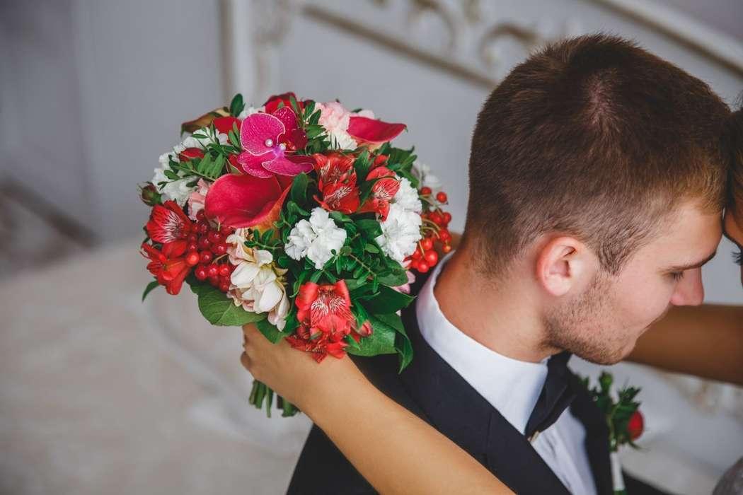 """Моя работа для свадебной фото сессии. Яркий букет из георгины, пионовидной розы, вибурнума, альстромерии, диантуса, бордовых кал и орхидеи,а также зелени салала и фисташки.  Девочки-невесты,пишите пожалуйста мне в личные сообщения все ваши вопросы.  Я обе - фото 12254026 Студия флористики """"Арнаменты"""""""