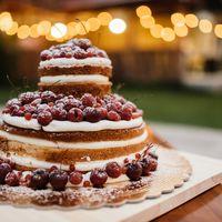 Торт - неотъемлемое завершение вечера. А свадебный торт это всегда еще и украшение стола.
