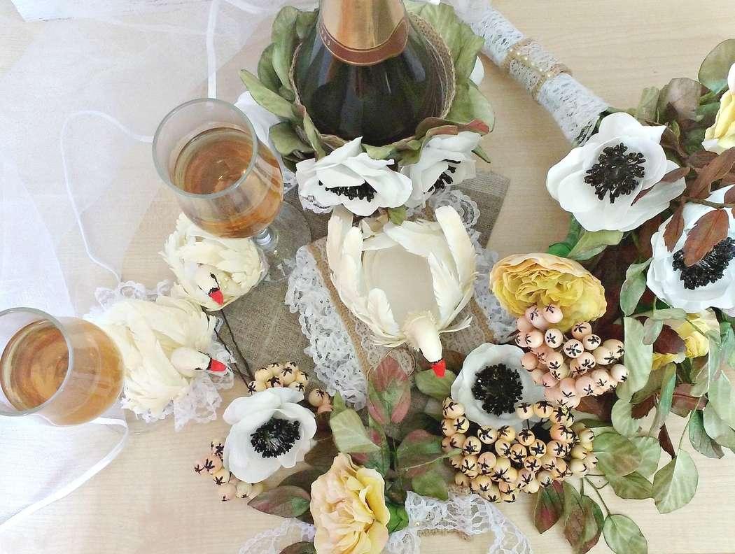 """Свадебный комплект Винтаж: подушка для колец Лебедь, украшение для бокалов и шампанского, шпилька, браслет на руку, бутоньерка, подвязка, букет - фото 14943052 Мастерская флористики """"Рodarki_irina"""""""