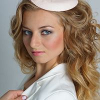 """ШЛЯПКА """" МИЛЕДИ"""" Основа шляпки имеет  овальную форму, декор расположен на одной стороне шляпки , что позволяет крепить шляпку в разных вариантах. Основа шляпки разработана мной (что позволяет сделать практически любую форму) Обтянута атласом белого цвета,"""