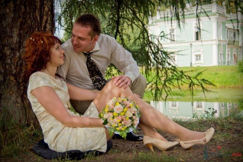 Жених и невеста сидят на земле, прислонившись друг к другу, на фоне водоема и зелени - фото 43067 Рыжий Катенок