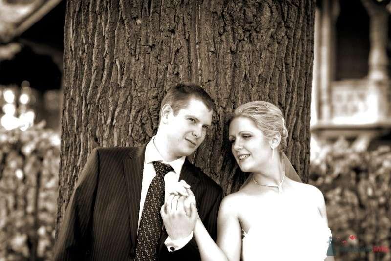 Жених и невеста стоят, прислонившись друг к другу, на фоне дерева - фото 45379 Катеринчик