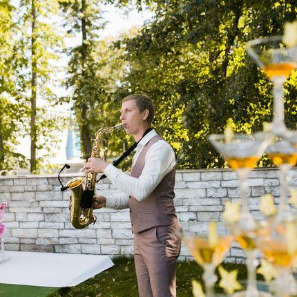 Выступление саксофониста на встречу гостей