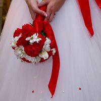 Красно-белый букет невесты из ромашек, гвоздик и альстромерий