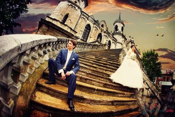 """Жених и невеста стоят на ступеньках старого здания - фото 35116 Свадебное агентство """"Пятая Авеню"""""""