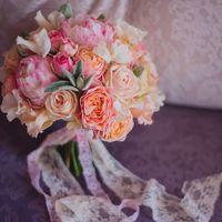 круглый букет, персиковый букет, букет спионами. пионы, пионовидные розы