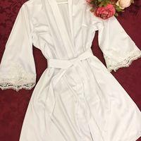 В НАЛИЧИИ Короткий свадебный халат, артикул К.01  Халатик выполнен из мягкого шёлк-атласа и украшен белым кружевом. Прекрасная модель для сборов невесты, а также для дальнейшего домашнего использования  • Материал - шёлк-атлас • Цвет - белый • Размеры в н