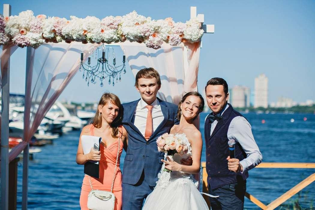 Ведущий Афанасьев Кирилл с молодоженами и распорядителем. - фото 3893611 Ведущий Афанасьев Кирилл