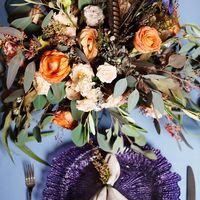 композиция в стиле БОХО из живых цветов с перьями.