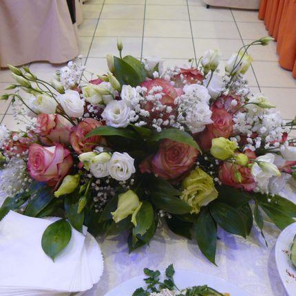 Украшение зала подаренными цветами