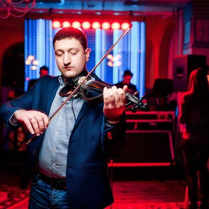 Выступление скрипача на протяжении торжества
