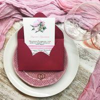 Приглашение цвета марсала. Фактурная именная карточка и конверт из насыщенной дизайнерской бумаги.