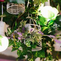 Навесная композиция из листьев винограда, клеточек и цветов.