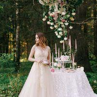 Множество роз и свечей украсили сладкий стол!