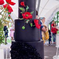 Свадебный торт с декором из мастичных цветов