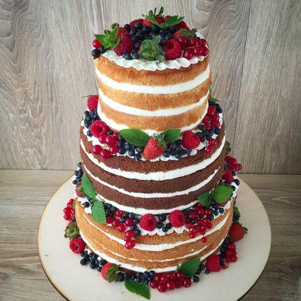 Многоярусный торт, украшенный ягодами цена за 1 кг