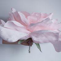 Гигантская роза на портбукетнице