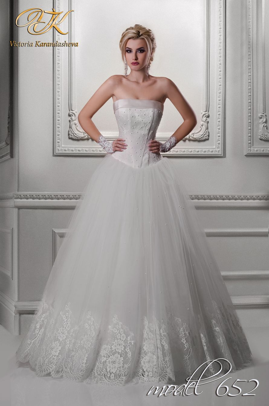 Невеста в платье А-силуэта с кружевным подолом и корсетом с кружевными вставками и атласным отворотом на лифе - фото 3502413 Свадебный салон Королева