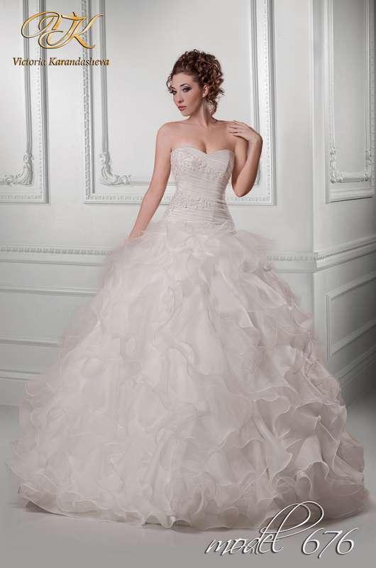Невеста в пышном платье с юбкой из рюш и корсетом с драпировкой и кружевными вставками  - фото 3502421 Свадебный салон Королева