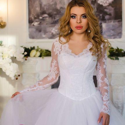 Платье с кружевными рукавами и пышной юбкой