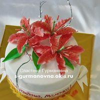 Праздничный с лилиями, 2,5кг, внутри медовый с заварным кремом