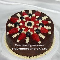 Торт, украшенный кремом и ягодами, 2кг, внутри черный лес