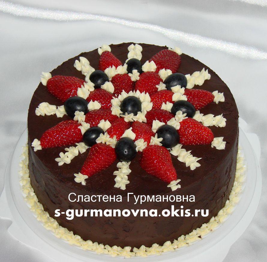 """Торт, украшенный кремом и ягодами, 2кг, внутри черный лес - фото 14552450 Кондитерская """"Торты от Сластёны Гурмановны"""""""