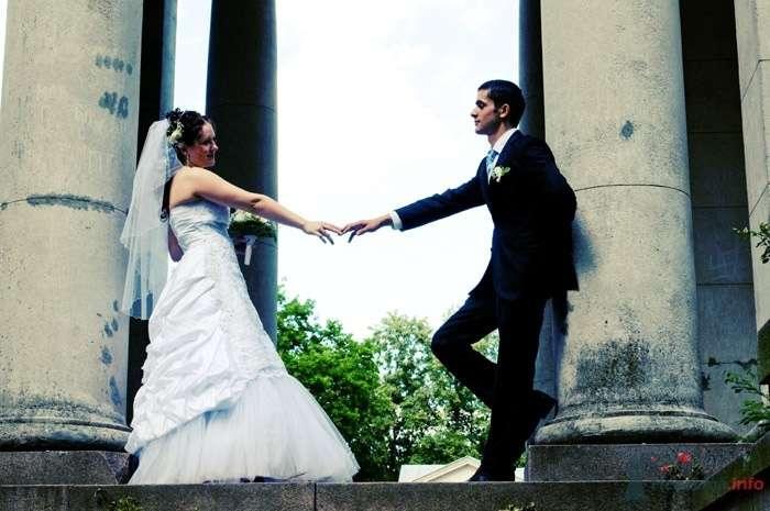 Жених и невеста, взявшись за руки, стоят у колон здания - фото 34770 Фотограф Андрей Малышев