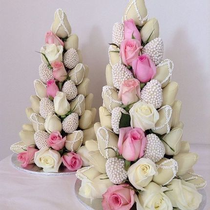 Башня из клубники в шоколаде и роз