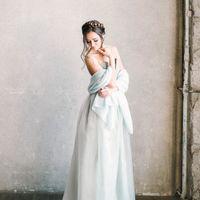 Невесомый свадебный палантин словно дымка окутает плечи и руки невесты. Если в ваши планы входит венчание – палантин станет важной частью наряда. Он целомудренно прикроет плечи невесты, как требует церемония в церкви. Размер палантин 210 на 80 см.